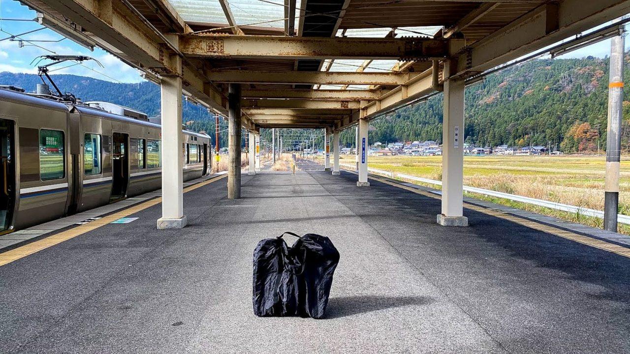 何と言っても鉄道との組み合わせがベスト!全国各地どこでも鉄道さえ通っていればそこが旅先候補地になるのが折りたたみ自転車の良いところです。photo:神楽坂つむり