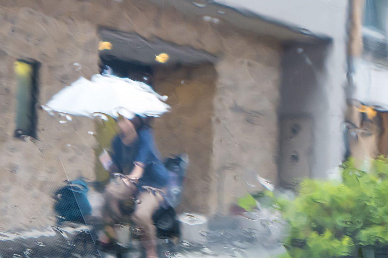 自転車の傘差し運転はNG!危険なのでやめよう