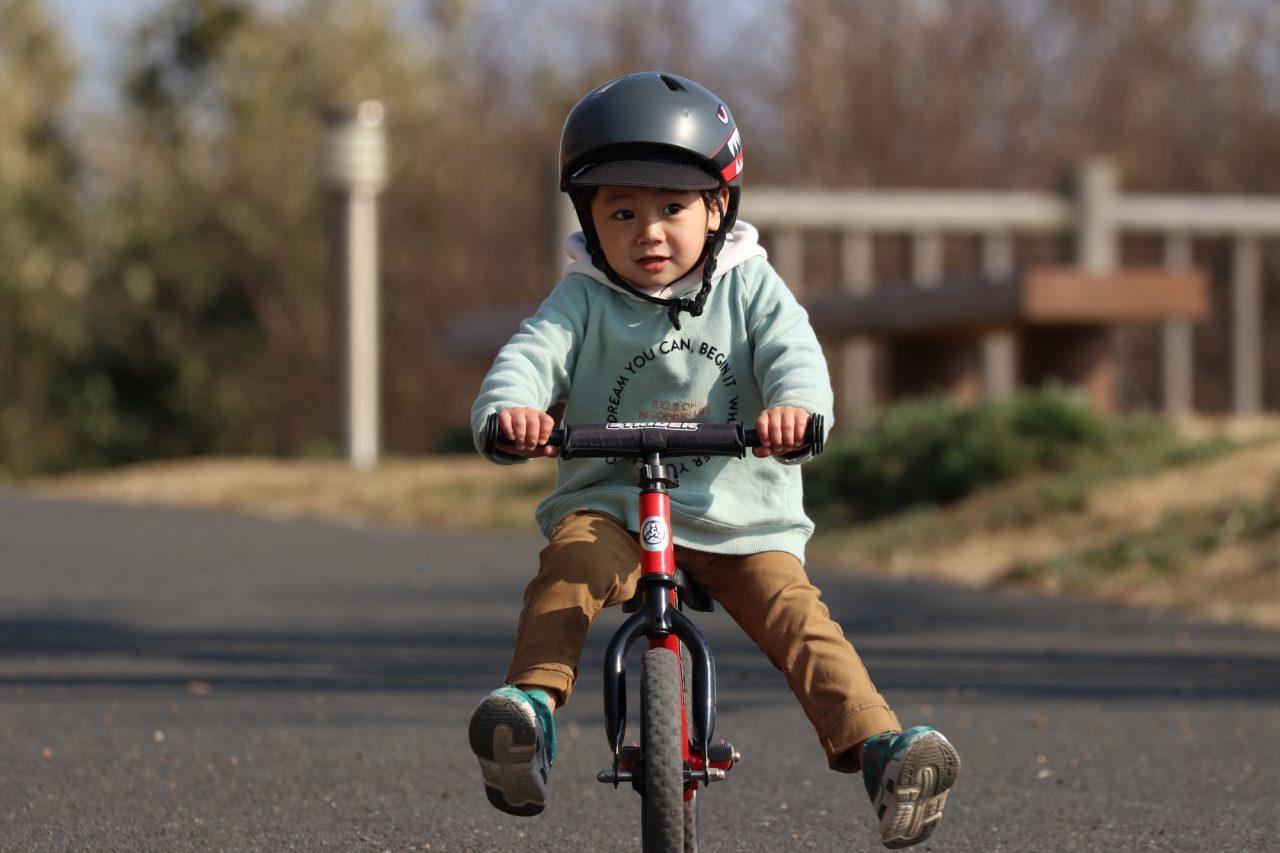 ペダルなし自転車は足で地面を蹴って進む