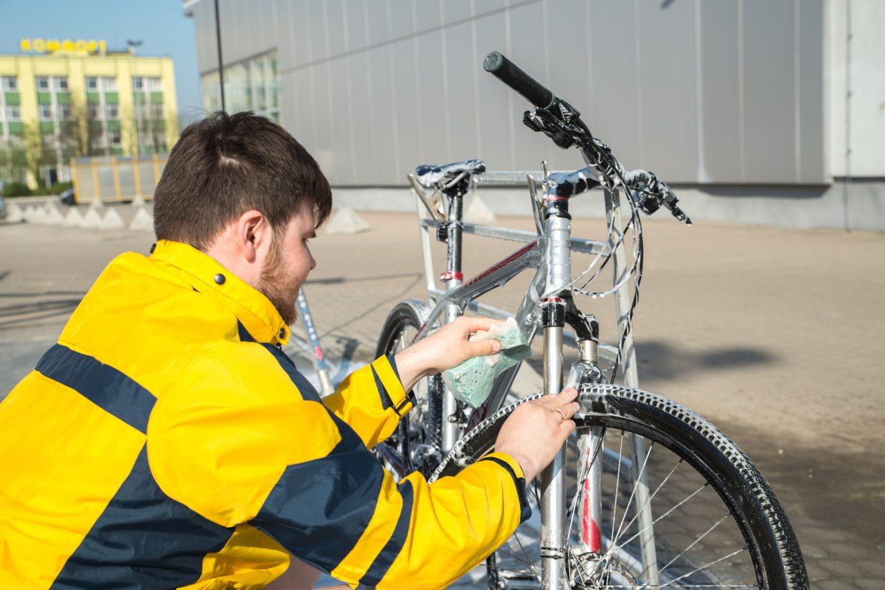 自転車を洗う