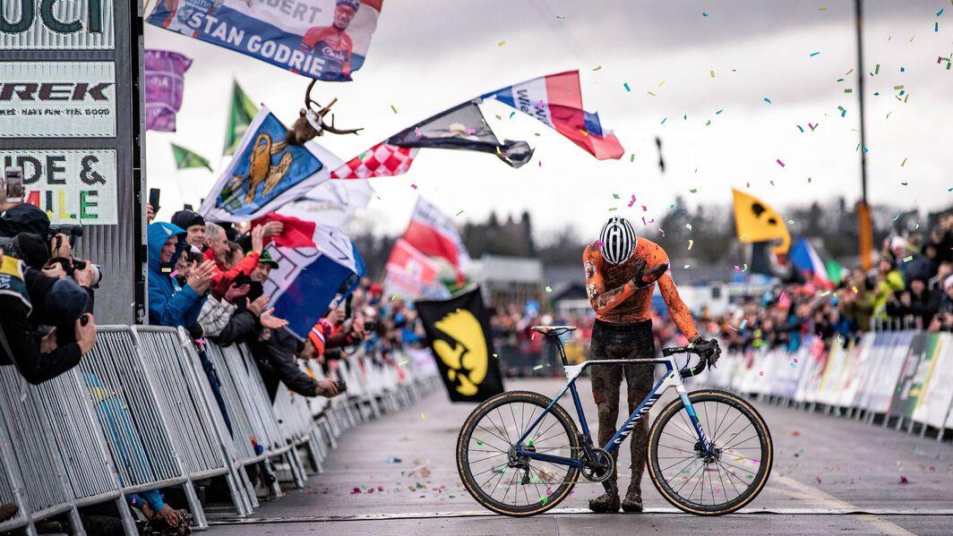 2020シクロクロス世界選手権を制覇したマチュー・ファンデルプール。2連覇、3度目の世界選手権勝利。Copyright: Canyon