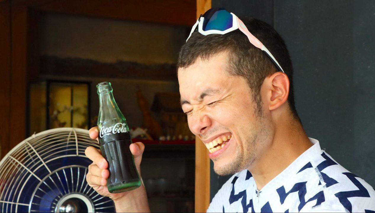田原屋菓子店でコーラを飲む