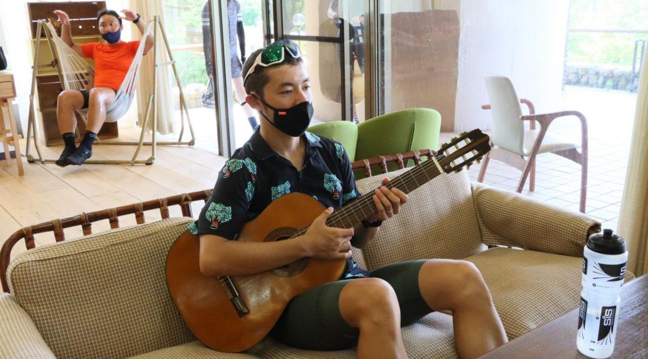 LivingAnywhere Commons会津磐梯でギターをひきながら休憩する男性