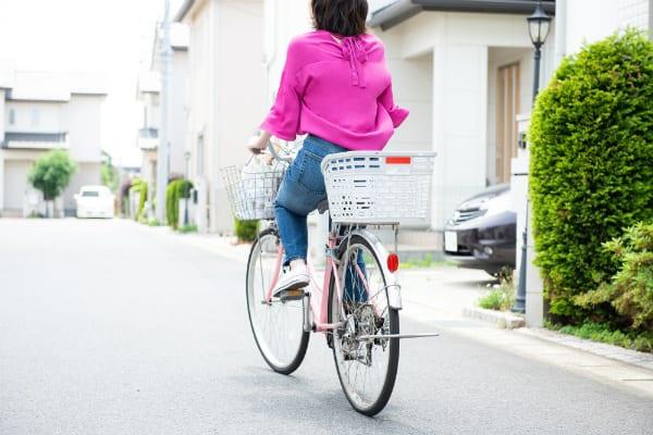ママチャリに乗る女性